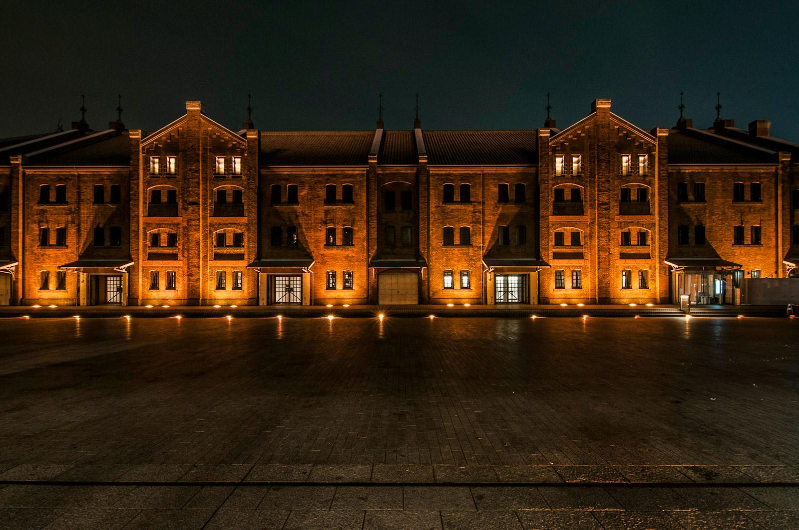 夜の横浜赤レンガ倉庫で夜景撮影を楽しむ