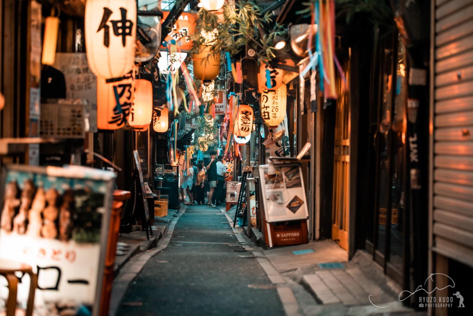 新宿西口思い出横丁ぶらり、外国人観光客も多いガード横の昭和レトロな飲み屋街