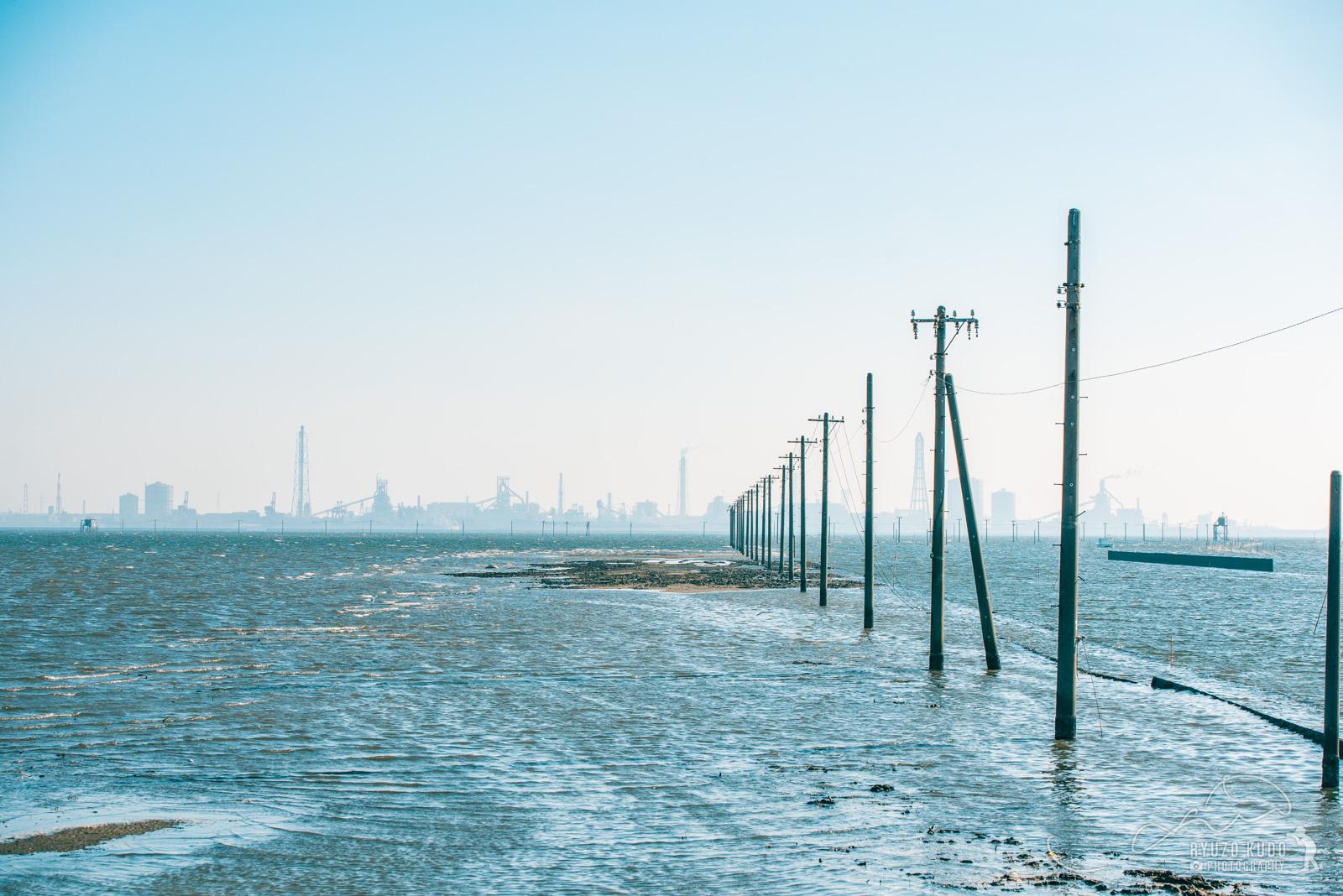海と工場群へ続く幻想的な電信柱に興奮、千葉木更津の江川海岸