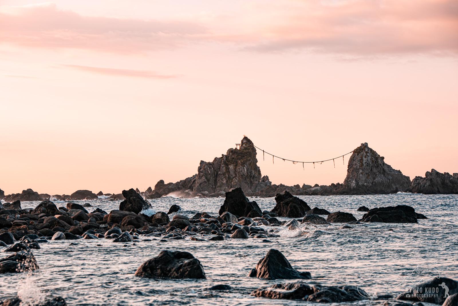 三ツ石海岸で朝焼けを楽しむ。バイクで走るのもちょうどいい距離