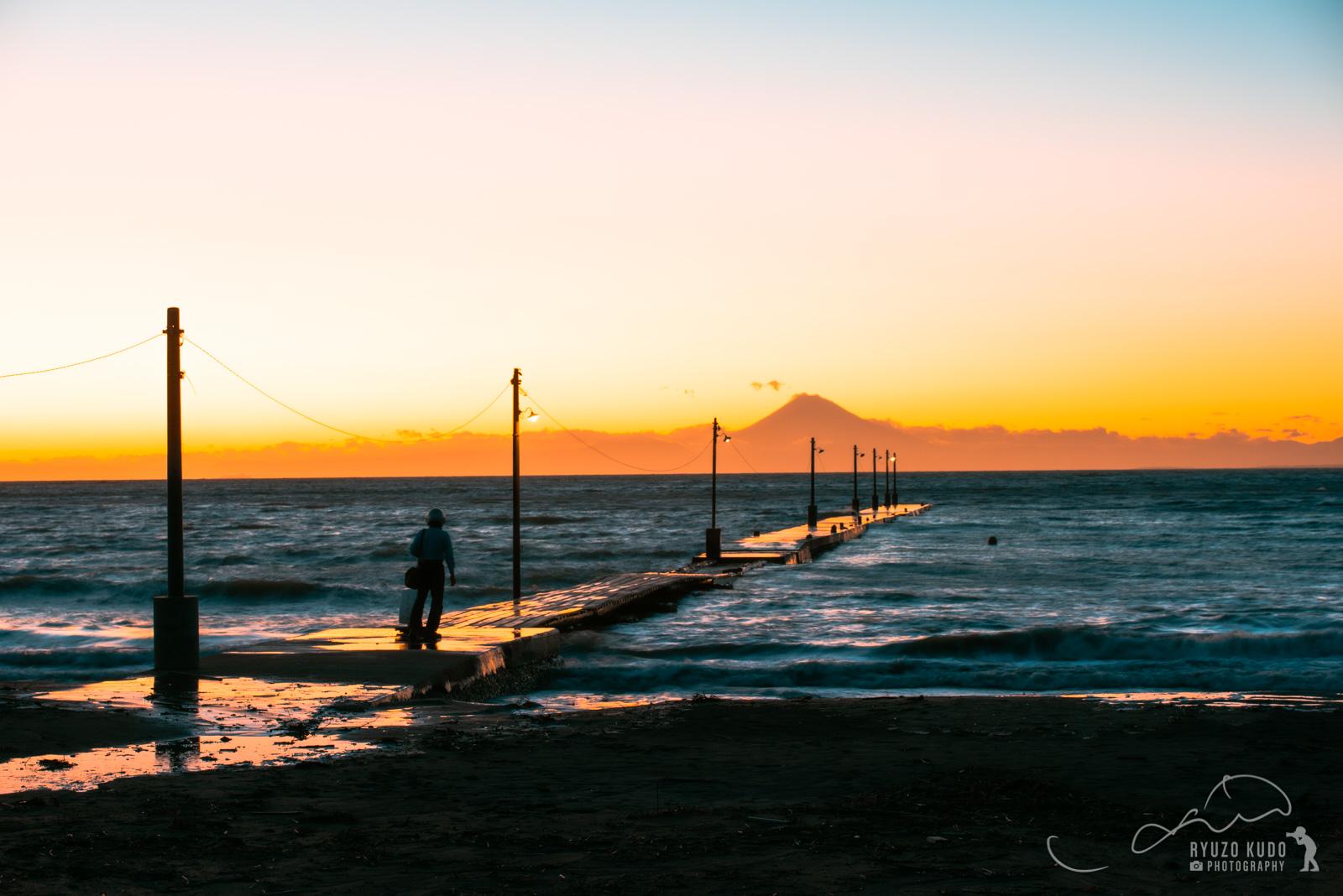 夕焼けスポットで有名な原岡海岸で、夕暮れ時の桟橋を撮影してみました